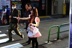 Domestique distribuant des insectes Akihabara, Tokyo, Japon Image stock