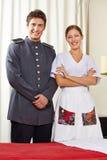 Domestique et concierge dans la chambre d'hôtel photographie stock