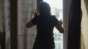 Domestique féminine mettant la chambre d'hôtel dans les invités de attente de commande, logement bon marché banque de vidéos