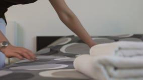Domestique scrupuleuse d'hôtel ajustant le couvre-lit propre, soin des invités, service d'étage banque de vidéos