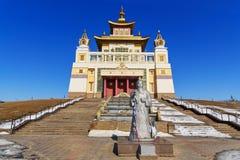 Domicilio de oro complejo budista de Buda Shakyamuni en primavera Elista Rusia foto de archivo