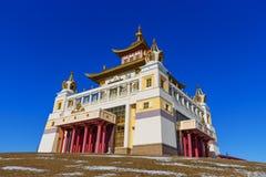 Domicilio de oro complejo budista de Buda Shakyamuni en primavera Elista Rusia imagen de archivo libre de regalías