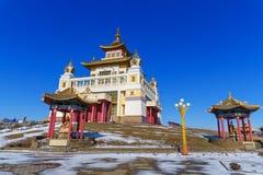 Domicilio de oro complejo budista de Buda Shakyamuni en primavera Elista Rusia imagen de archivo