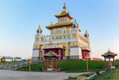 Domicilio de oro del templo budista de Buda Shakyamuni en Elista, República de Kalmukia, Rusia imagenes de archivo