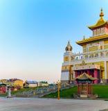 Domicilio de oro del templo budista de Buda Shakyamuni en Elista, República de Kalmukia, Rusia imagen de archivo libre de regalías