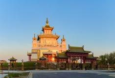 Domicilio de oro del templo budista de Buda Shakyamuni en Elista, República de Kalmukia, Rusia foto de archivo