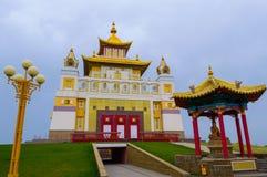 Domicilio de oro del templo budista de Buda Shakyamuni en Elista, República de Kalmukia, Rusia fotos de archivo