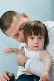 Domicilio familiar - padre, madre y pequeña hija imágenes de archivo libres de regalías