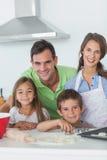 Domicilio familiar que cuece junto en la cocina Fotografía de archivo