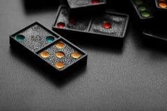 Dominós con los pedazos coloridos del juego del punto Foto de archivo libre de regalías