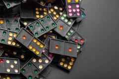 Dominós con los pedazos coloridos del juego del punto Fotografía de archivo libre de regalías