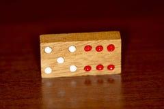 Dominós e números de madeira imagens de stock royalty free