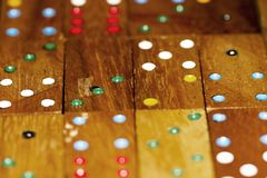 Dominós e números de madeira fotografia de stock royalty free