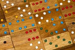 Dominós e números de madeira fotos de stock