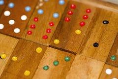 Dominós e números de madeira fotografia de stock