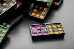 Dominós pretos da cor com ponto colorido Imagem de Stock