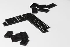 Domin?s negros aislados en un fondo blanco Copie el espacio fotografía de archivo