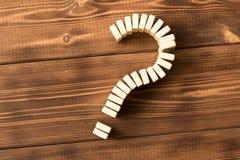 Domina znak zapytania na drewnianym stole Domino zasada obrazy royalty free