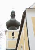 Dominez avec le beffroi de l'église de la trinité la plus sainte images libres de droits
