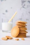 Dominez des biscuits sablés de kamut avec le verre de lait et de paille Images libres de droits