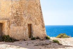 Dominez sur la plage d'or de baie, Malte Photographie stock