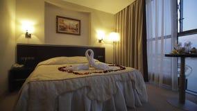 domingo hotellrumsanto plats Härligt hotellrum med en dubbelsäng stock video
