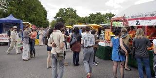 Domingo na feira da ladra do parque de Mauer imagem de stock royalty free