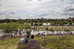 Domingo no parque Berlin Germany de Mauer fotos de stock