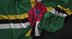 Dominica Flag Wrinkled On Dark-3D de Achtergrond geeft terug Stock Foto's