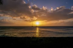 Dominica Island Sunset i kontur royaltyfri foto
