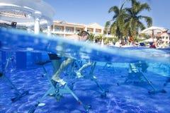 Dominicaanse Republiek, Hotel Grote Bahia Principe Aquamarine, 12 07 2018, aquaaerobics op fietsen royalty-vrije stock foto