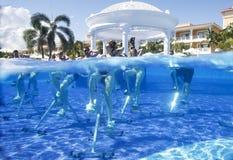 Dominicaanse Republiek, Hotel Grote Bahia Principe Aquamarine, 12 07 2018, aquaaerobics op fietsen stock afbeelding