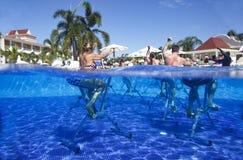 Dominicaanse Republiek, Hotel Grote Bahia Principe Aquamarine, 12 07 2018, aquaaerobics op fietsen royalty-vrije stock fotografie