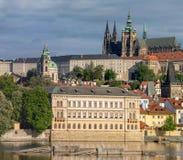 Dominierend von Prag-Kathedrale von St. Vitus stockfotos