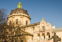 Dominikanische Kathedralenhaube und ein Monument zu Fedorov in Lemberg in Ukraine Lizenzfreie Stockfotografie