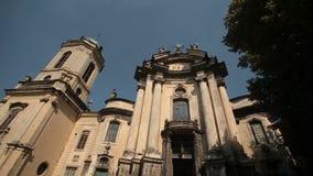 Dominikanische Kirche in Lviv Sonniger Tages- und blluehimmel ohne Wolken stock footage