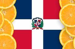 Dominikanska republikenflagga i vertikal ram för citrusfruktskivor royaltyfria bilder