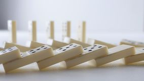 Domino bianchi che cadono nella reazione a catena video d archivio