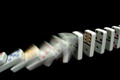 Domino che cadono sul nero Fotografie Stock