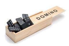 Domino, disposti a caso in una casella. Immagine Stock Libera da Diritti