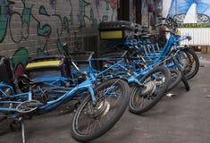 Domino-Effekt auf gefallenen Fahrrädern lizenzfreies stockbild