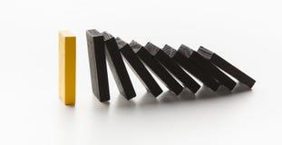 Domino-Effekt hielt bei sich ein starkes Stück kurz auf lizenzfreies stockbild