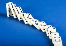 Domino-Effekt mit Schwarzweiss-Fliesen stockfoto