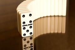 Domino na szklanym stole Domino zasada zdjęcia royalty free