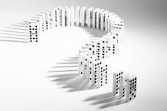 Domino nella forma del punto interrogativo su fondo normale Immagine Stock