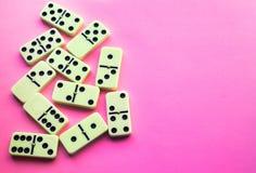 Domino op Roze achtergrond Vlak leg royalty-vrije stock foto