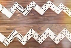 Domino på en träbakgrund arkivbild