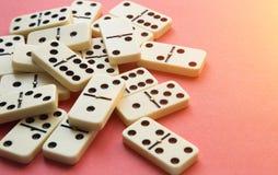 Domino på rosa bakgrund Lekmanna- lägenhet royaltyfri fotografi