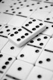 Domino på tabellen Royaltyfri Foto