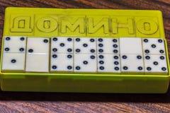 Domino ` s in de doos Stock Afbeeldingen